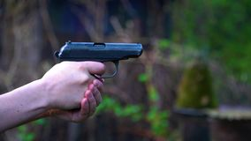 Une série de tirs de pistolet banque de vidéos