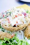 Une salade délicieuse des fruits et des crevettes roses avec de la sauce image libre de droits