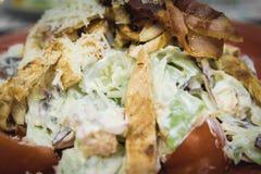 Une salade de César est une salade verte de la laitue romaine et des croûtons préparés avec le jus de citron, huile d'olive, oeuf images libres de droits