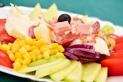 Une salade mixte typique pour la région balkanique Images stock