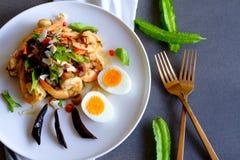 Une salade thaïlandaise chaude et épicée de haricot d'ailes avec des crevettes roses et des oeufs à la coque mous Image stock