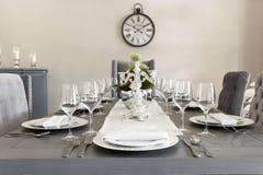 Une salle à manger luxueuse d'une maison avec des verres et des plats photos libres de droits