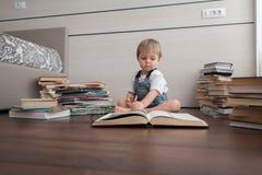Une salle avec des livres et un enfant image stock