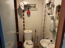 Une salle de bains dans l'hôtel photographie stock