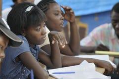 Une salle de classe citent dedans Soleil- Haïti. Photos stock