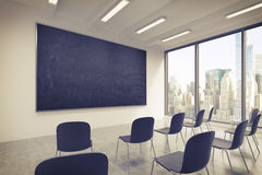 Une salle de classe ou une salle de présentation à une université ou à un bureau moderne de fantaisie Chaises noires, un tableau  illustration libre de droits
