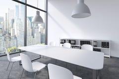 Une salle de conférence dans un bureau panoramique moderne à New York Table blanche, chaises blanches, deux plafonniers blancs et illustration stock