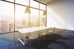Une salle de conférence dans un bureau panoramique moderne avec la vue de New York City Table blanche, chaises blanches et deux p illustration stock