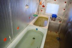 Une salle pour la friture de poissons grandissante Bath pour la friture Une poisson-crèche Photos stock