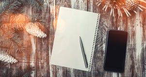 Une salutation du ` s de nouvelle année sur le vieux fond en bois, style rustique a combiné avec les nouvelles technologies, l'es Photos libres de droits