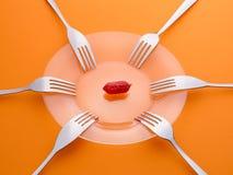 Une saucisse et six fourchettes Partageant, resourses limités, pénurie images libres de droits