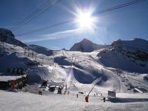 Une scène alpine de montagne d'hiver sous un ciel bleu Photo libre de droits