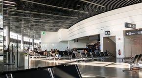 Une scène avec des personnes s'asseyant sur des bancs dans l'aéroport international de Vienne, Autriche Image stock