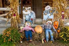 Une scène d'automne avec des épouvantails Photographie stock libre de droits
