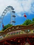 Une scène de carnaval avec l'oeil de Londres photographie stock