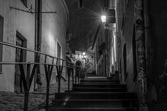 Une scène de nuit des escaliers dans une vieille partie d'une ville photographie stock libre de droits
