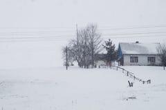 Une scène neigeuse d'hiver avec la neige en baisse de la région carpathienne, Ukraine, l'Europe Image stock