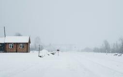 Une scène neigeuse d'hiver avec la neige en baisse de la région carpathienne, Ukraine, l'Europe Photographie stock