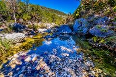 Une scène pittoresque avec le feuillage d'automne sur un ruisseau de bavardage et de grands rochers aux érables perdus photographie stock libre de droits