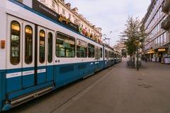 Une scène urbaine avec le tram dans le Bahnhofstrasse dans la ville de Zurich, Suisse images stock