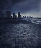 Une scène vide d'un plancher de tuiles et d'un horizon en pierre de Chao Praya r Image stock