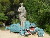 Une sculpture concrète à un chevalier avec une épée qui a défait un dragon à tête de trois photographie stock