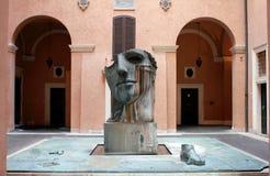 Une sculpture contemporaine par l'artiste polonais Igor Mitoraj dans une cour romaine image stock