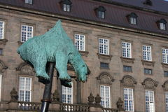 Une sculpture d'un ours blanc empalé est allée sur l'affichage vendredi devant le parlement danois au hig Image libre de droits
