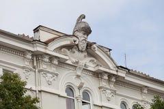 Une sculpture d'une tête de guerrier sur un bâtiment Photographie stock
