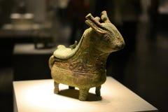 Une sculpture en bronze mignonne, des métiers, des cerfs communs ou une créature semblable dans le musée CHINE de Pékin images stock