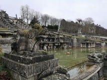 Une sculpture en dragon dans le domaine national de Saint Cloud la grande cascade, France images libres de droits