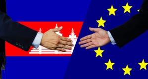 Une secousse d'homme d'affaires main, le Cambodge et UE photos stock