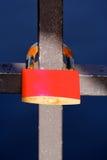 Une serrure d'amour fixée à un pont Image stock