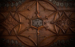 Une serrure dans une vieille porte de coffre Photos stock