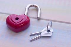 Une serrure en forme de coeur et clés Images libres de droits
