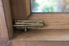 Une serrure sur une fenêtre dans une maison photos libres de droits