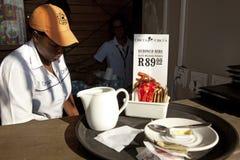 Une serveuse à Durban Images libres de droits
