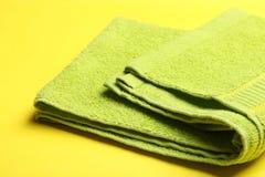 Une serviette éponge verte image libre de droits