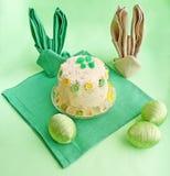 Une serviette est établie dans le lapin de Pâques de forme Photo libre de droits