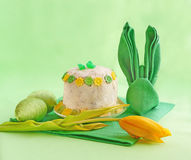 Une serviette est établie dans le lapin de Pâques de forme Photo stock