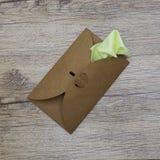 Une serviette vert clair colle hors de l'enveloppe de métier Vue supérieure Image libre de droits