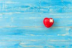 Une seule boule rouge simple d'exercice de main de forme d'amour de coeur Photos stock