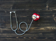 Une seule boule rouge simple d'exercice de main de forme d'amour de coeur avec le ` s de médecin de médecin de DM de bandage Image libre de droits