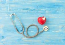 Une seule boule rouge simple d'exercice de main de forme d'amour de coeur avec le ` s de médecin de médecin de DM de bandage Image stock