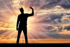 Une silhouette d'un homme narcissique avec une couronne sur sa tête montre son doigt sur se Il essaye d'attirer l'attention image libre de droits