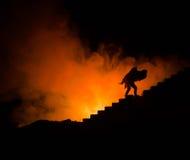 une silhouette d'un homme se tenant dessus sur la femme Concept de sauveur de délivrance Évasion du feu ou du danger Sablier, le  Images libres de droits