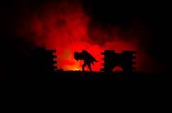 une silhouette d'un homme se tenant dessus sur la femme Concept de sauveur de délivrance Évasion du feu ou du danger Sablier, le  Photographie stock