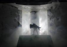 une silhouette d'un homme se tenant dessus sur la femme Concept de sauveur de délivrance Évasion du feu ou du danger Sablier, le  Photographie stock libre de droits