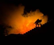 une silhouette d'un homme se tenant dessus sur la femme Concept de sauveur de délivrance Évasion du feu ou du danger Sablier, le  Photos libres de droits