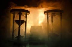 une silhouette d'un homme se tenant dessus sur la femme Concept de sauveur de délivrance Évasion du feu ou du danger Sablier, le  Image libre de droits